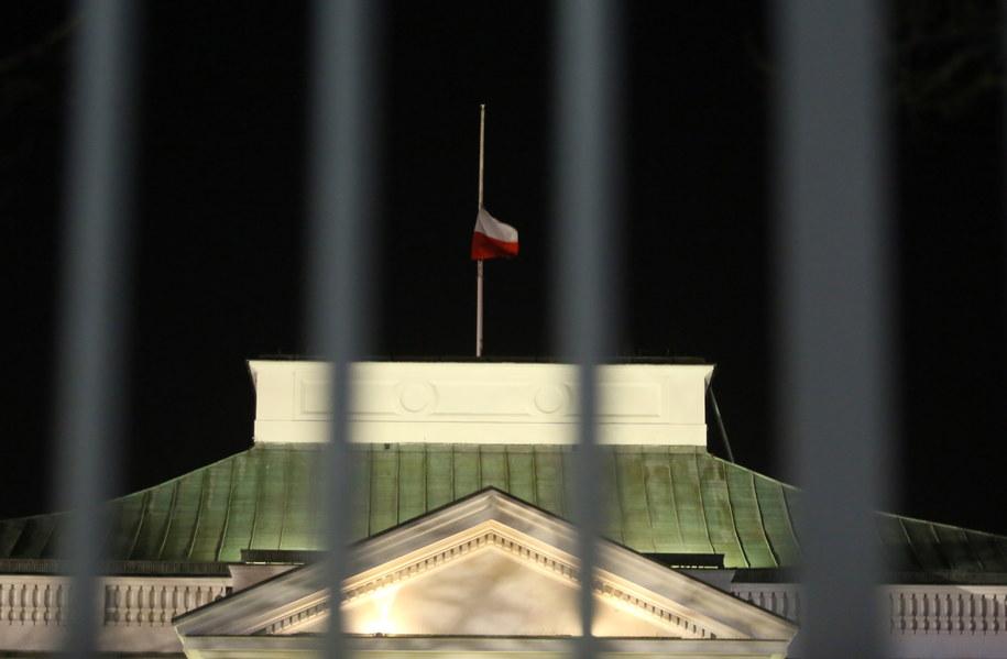 Opuszczona do połowy flaga na budynku Belwederu /PAP/Tomasz Gzell /PAP/EPA