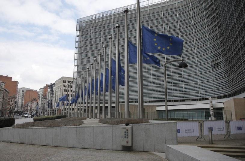 Opuszczone flagi przy budynku Komisji Europejskiej /PAP/EPA