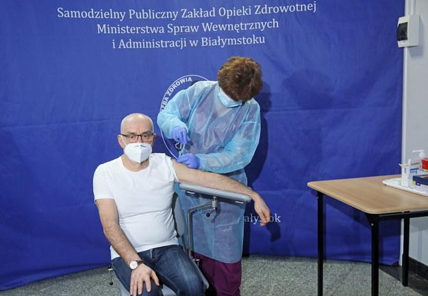 Ordynator Oddziału Intensywnej Terapii MSWiA Wojciech Charytoniuk podczas szczepienia przeciw Covid-19 /Artur Reszko /PAP