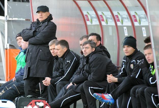 Orest Lenczyk i jego asystenci znaleźli się w trudnej sytuacji /PAP