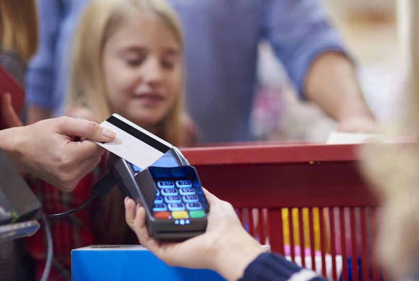 Organizacje płatnicze podały formalne daty zwięszenia limitu płatności bez PIN. /123RF/PICSEL