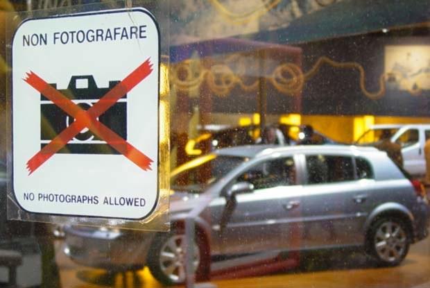 Organizatorzy Motor Show zapomnieli zdjąć nalepki z zakazem fotografowania /INTERIA.PL