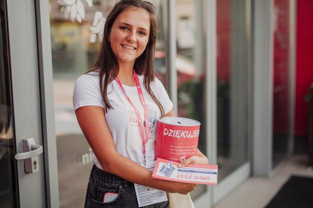 Organizatorzy SMYK FESTU dają możliwość pomocy potrzebującym dzieciom na różne sposoby - jedną z nich jest wsparcie kwestujących wolontariuszy /turczyki.pl /