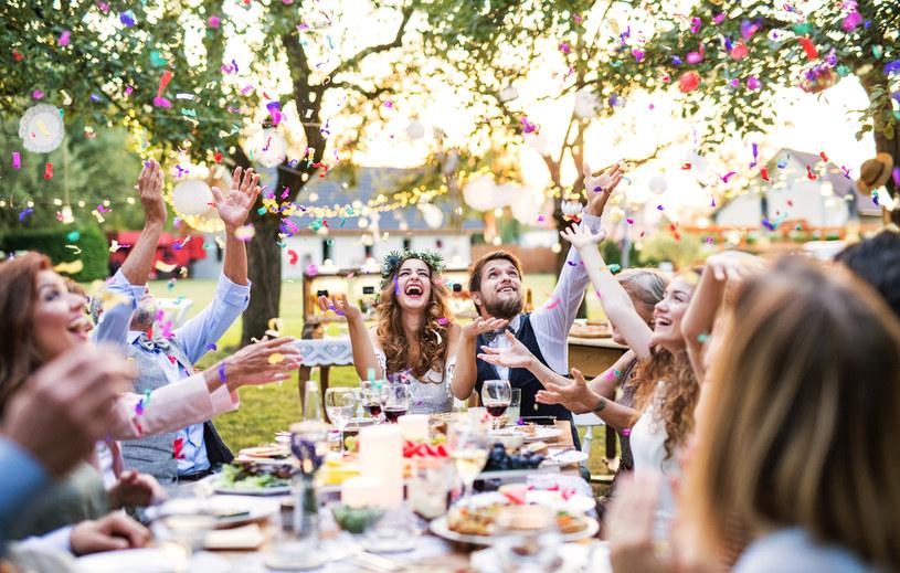 Organizując wesele na świeżym powietrzu warto zadbać o alternatywne rozwiązania m.in. na wypadek załamania pogody /123RF/PICSEL