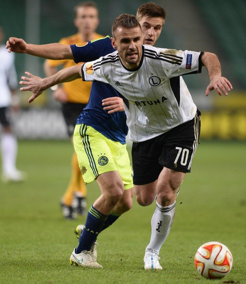 Orlando Sa walczy z Joelem Veltmanem w meczu 1/16 finału Ligi Europejskiej, Legia - Ajax /AFP