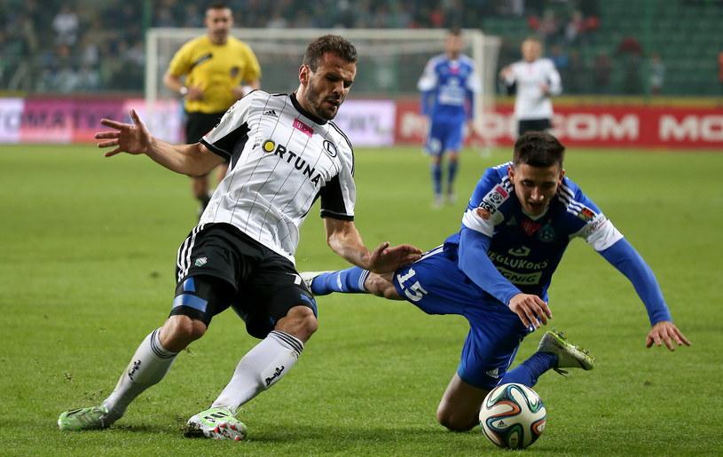 Orlando Sa (z lewej) walczy o piłkę z Martinem Konczkowskim (z prawej) /Bartłomiej Zborowski /PAP
