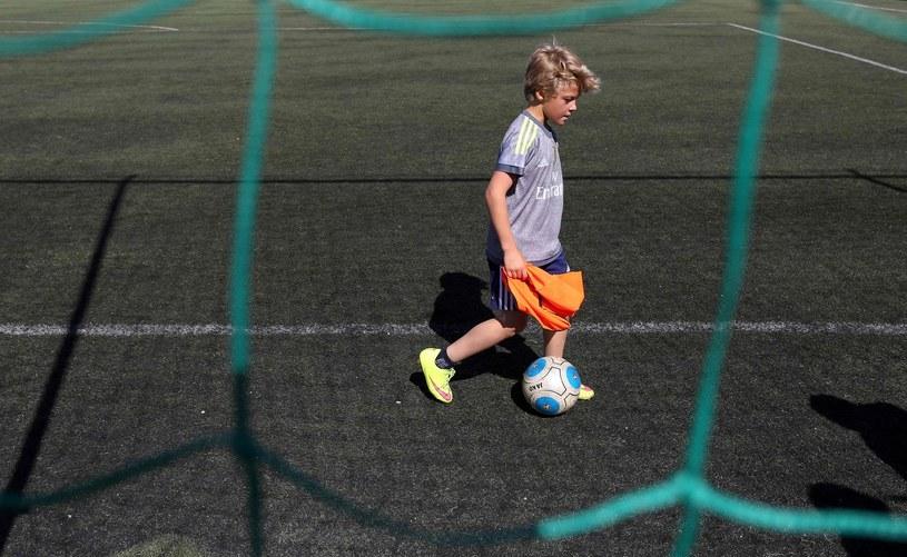 Orliki i sztuczne boiska miały być udogodnieniem dla młodych sportowców /AFP