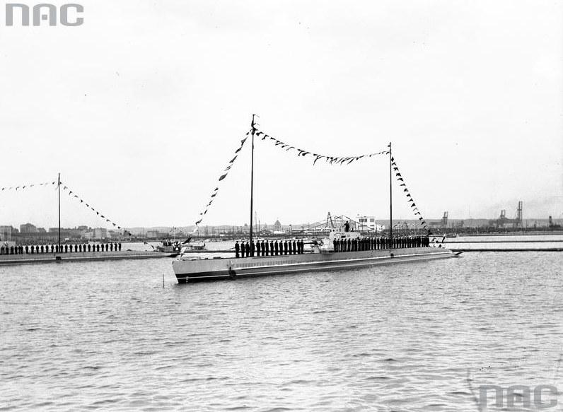 """ORP """"Żbik"""" w gali banderowej. Obchody Święta Morza w Gdyni w 1932 roku /Z archiwum Narodowego Archiwum Cyfrowego"""