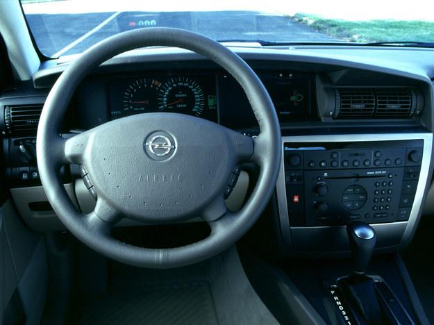 Oryginalna deska rozdzielcza V8 z elektronicznymi zegarami. /Opel