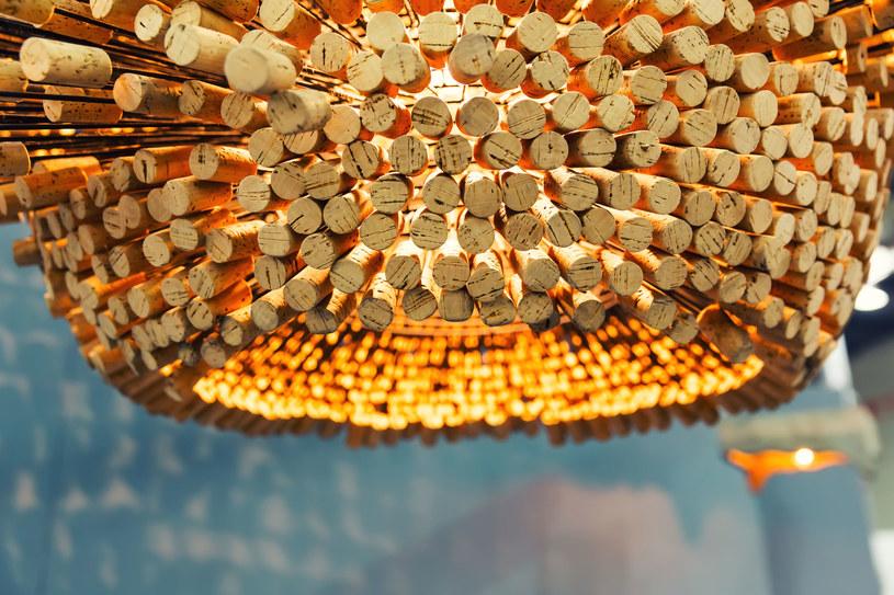 Oryginalna lampa wykonana z korka wprowadzi nastrojowe światło /123RF/PICSEL