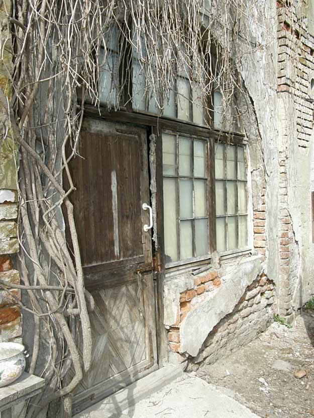Oryginalne wejście w przyziemiu, stan obecny /Odkrywca
