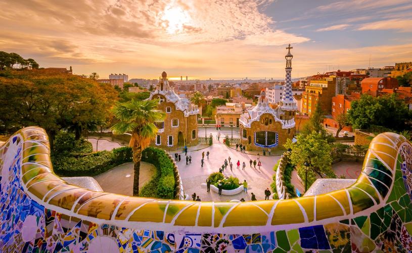 Oryginlany park Güell cieszy się bardzo dużą popularnością wśród turystów /Adobe Stock