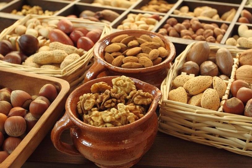 Orzechy kojarzą nam się z dodatkami do ciast, ale wyśmienicie komponują się także w pikantnych daniach /123RF/PICSEL