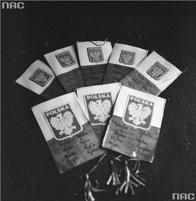 Orzeł bez korony; na zdjęciu proporczyki z godłem Polski i zapisanymi wynikami meczów Polska-Anglia i Polska-Walia, 1973 rok /Ze zbiorów Narodowego Archiwum Cyfrowego