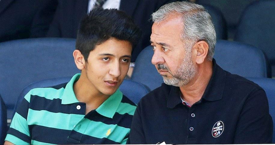 Osama Abdul Mohsen ze swoim 18-letnim synem Mohammadem na trybunach Realu Madryt /Alberto Martin /PAP/EPA