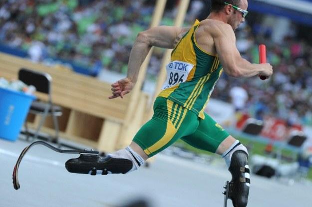 Oscar Pistorius, mimo że biega na protezach, chce startować ze zdrowymi zawodnikami /AFP