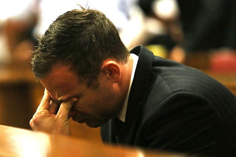 Oscar Pistorius na sali sądowej / ALON SKUY /PAP/EPA
