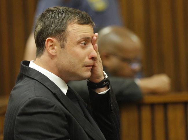 Oscar Pistorius rozpłakał się podczas odczytywania wyroku /KIM LUDBROOK/POOL /PAP/EPA