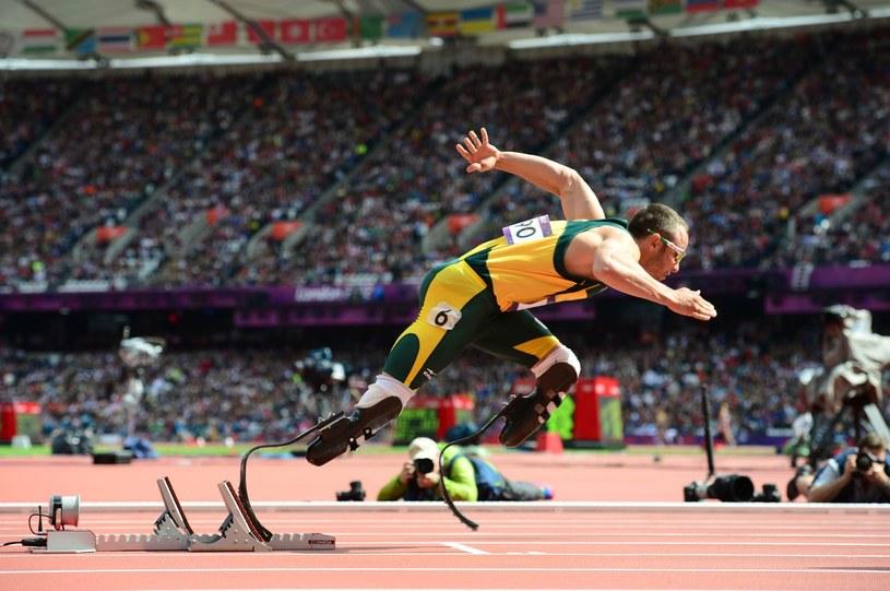 Oscar Pistorius w biegu na 400 m podczas igrzysk olimpijskich w Londynie /AFP