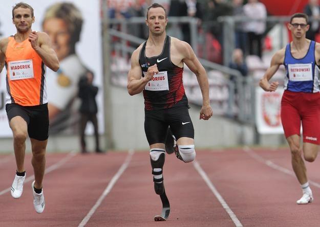 Oscar Pistorius (w środku) wygrał bieg na 400 metrów. /PAP