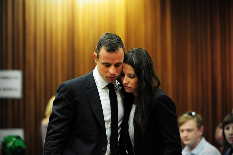 Oscar Pistorius z siostrą Aimee podczas procesu /AFP