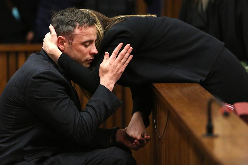 Oscar Pistorius z siostrą w sądzie /AFP