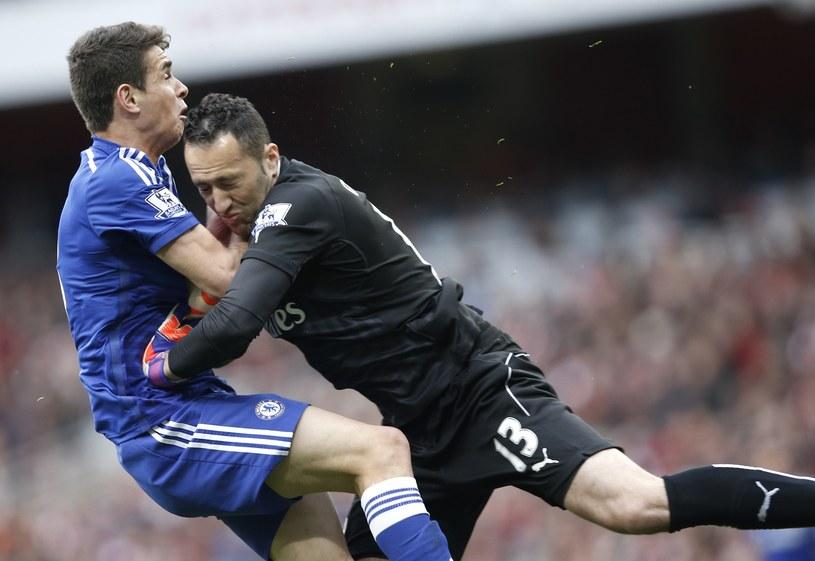 Oscar (z lewej) i David Ospina. Piłkarz Chelsea ucierpiał po wejściu bramkarza /AFP