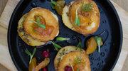 Oscypek  na pieczonym jabłku ze śliwkami z patelni