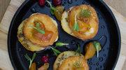 Oscypek  na pieczonym jabłku ze śliwkami