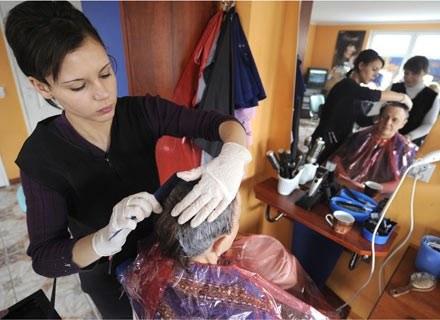 Osinów liczy 200 mieszkańców - 150 z nich to fryzjerzy /AFP