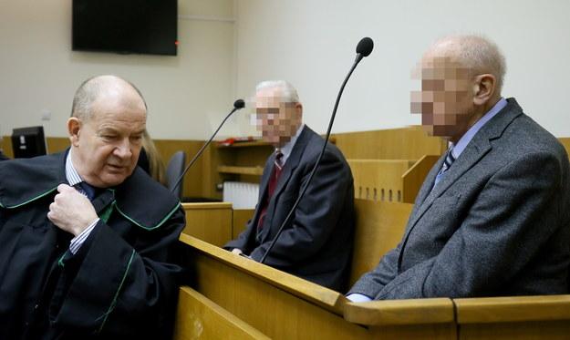Oskarżeni byli generałowie SB Józef S. (w środku) i Władysław C. oraz obrońca Andrzej Różyk /Paweł Supernak /PAP