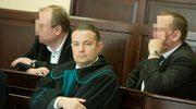 Oskarżeni policjanci Remigiusz M. i Maciej L. oraz adwokat Marcin Piotrowski