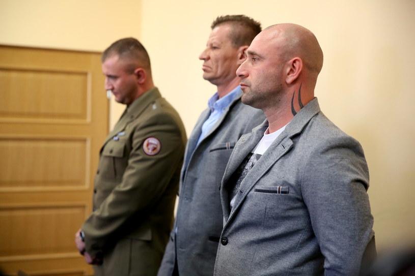 Oskarżeni: st. szer. rezerwy Damian Ligocki (P), plut. rezerwy Tomasz Borysiewicz (C) i ppor. Łukasz Bywalec (L) /Tomasz Gzell /PAP