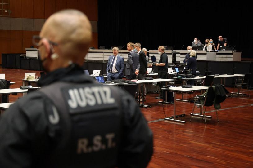 Oskarżenia wraz z adwokatami na sali sądowej /Getty Images