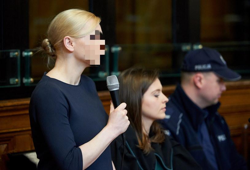 Oskarżona Katarzyna P. z obrońcą mec. Anną Żurawską na podczas drugiej rozprawy w procesie ws. Amber Gold /Adam Warżawa /PAP