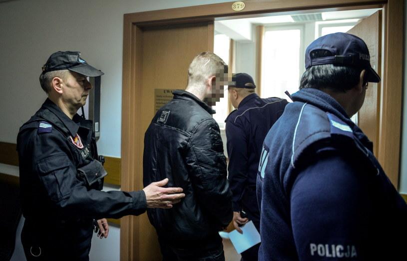 Oskarżony Jacek T. (C) w drodze na rozprawę przed Sądem Rejonowym w Warszawie. /Jakub Kamiński   /PAP