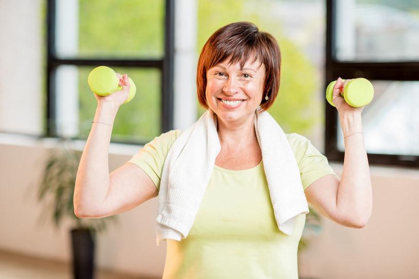 Osłabienie mięśni rąk to sygnał, że trzeba zadbać o ruch /123RF/PICSEL