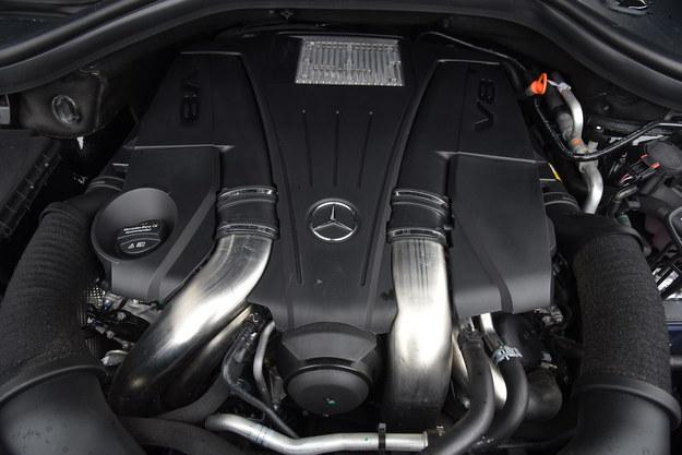 Ośmiocylindrowa benzynowa jednostka napędowa zapewnia autu znakomite osiągi i pracuje niesamowicie cicho i kulturalnie. Potrafi jednak zużywać dużo paliwa, ale na szczęście bak ma 100 litrów. /Motor