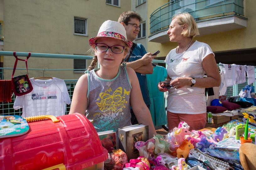 Ośmioletnia Asia, podczas zorganizowanego przez siebie charytatywnego kiermaszu /Paweł Jaskółka /PAP