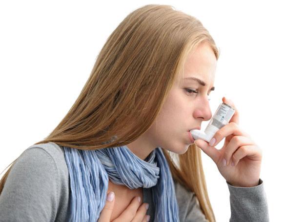 Osoba chora na astmę zawsze powinna mieć przy sobie leki /123RF/PICSEL