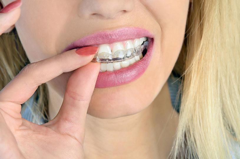 Osoba cierpiąca na bruksizm powininna zakładać szyny na zęby, żeby zapobiegać ich dalszemu niszczeniu /123RF/PICSEL