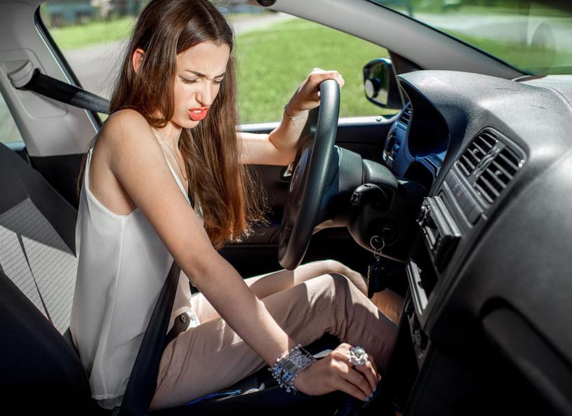 Osoba odczuwająca silny lęk przed prowadzeniem samochodu może mieć zarówno objawy emocjonalne, jak i fizyczne /Picsel /123RF/PICSEL