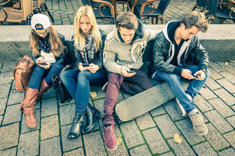 Osobom, chcącym być stale online nie starcza czasu na życie /123RF/PICSEL