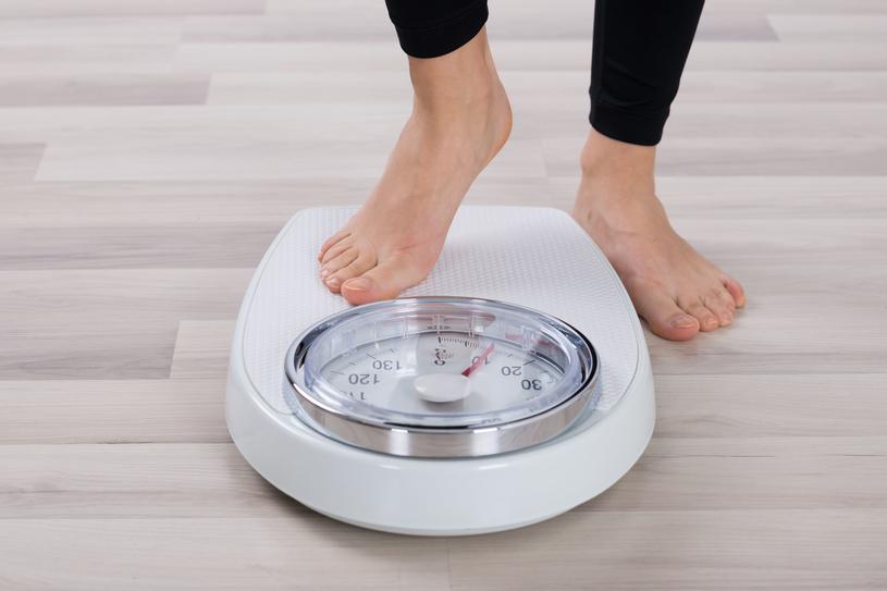 Osoby cierpiące na niedoczynność tarczycy, bardzo często przybierają na wadze /123RF/PICSEL