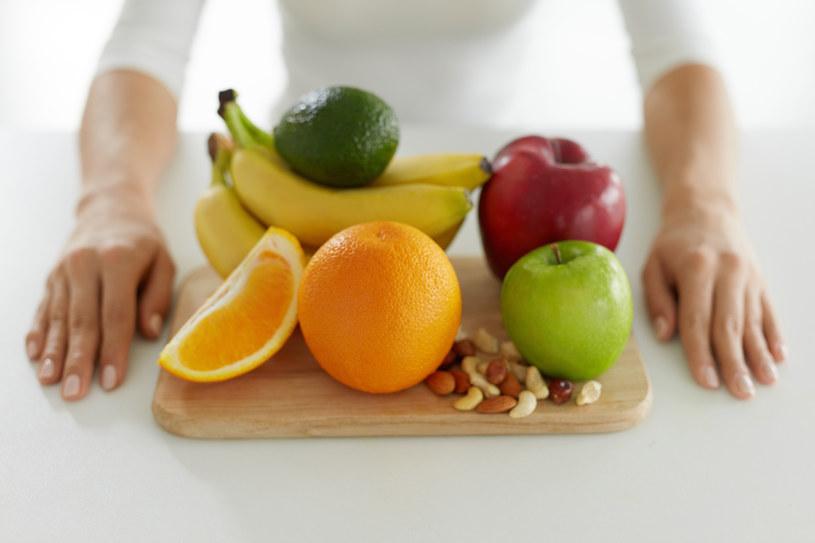 osoby dotknięte ortoreksją często nie odżywiają się zdrowo, ponieważ eliminują z diety wiele ważnych dla organizmu produktów, uznając je za niezdrowe. /123RF/PICSEL
