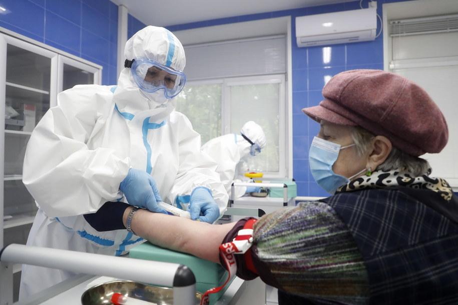 Osoby, które będą chciały wyjechać do senatorium, będą musiały zrobić test na koronawirusa /MAXIM SHIPENKOV    /PAP/EPA