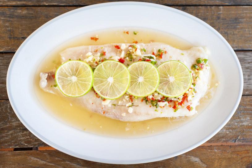 Osoby, które włączają do swojej diety ryby - unikają otyłości /123RF/PICSEL