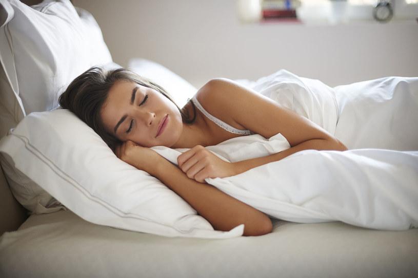 Osoby śpiące regularnie powyżej 9 godzin mają blisko o 50 proc. większe ryzyko zawału /123RF/PICSEL