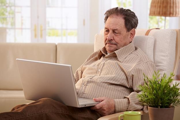 Osoby starsze, mniej biegłe w nowoczesnych technologiach, mogą częściej padać ofiarami oszustów /poboczem.pl