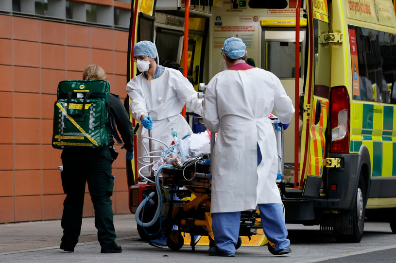 Osoby w pełni zaszczepione stanowiły nieco ponad 1 proc. wszystkich zmarłych z powodu COVID-19 w Anglii, zdj. ilustracyjne /Tolga Akmen /East News